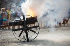 Πυροβοληθείς από μια παλαιά πυροβόλων όπλων πυρκαγιά και τα σύννεφα καπνού σκονών καίγοντας Στοκ Φωτογραφίες