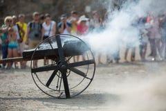 Πυροβοληθείς από μια παλαιά πυροβόλων όπλων πυρκαγιά και τα σύννεφα καπνού σκονών καίγοντας Στοκ Εικόνες