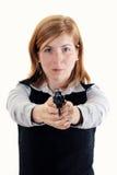 Πυροβοληθείς μιας νέας τοποθέτησης γυναικών με τα πυροβόλα όπλα στοκ εικόνα