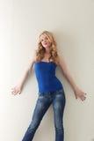 Πυροβοληθείς συμπαθητικού ξανθού στην μπλε μπλούζα και τα τζιν στοκ εικόνα με δικαίωμα ελεύθερης χρήσης