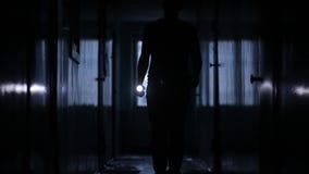 Πυροβοληθείς του αρσενικού ευθύγραμμου περπατήματος κατά μήκος του διαδρόμου ξενώνων, στατική κάμερα απόθεμα βίντεο