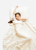 πυροβοληθείς του χασμουρητού μικρών κοριτσιών στο κρεβάτι στο πρωί Στοκ Εικόνα