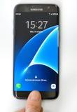 Πυροβοληθείς του χεριού του δάχτυλου στην άκρη γαλαξιών της Samsung S7 στοκ φωτογραφία με δικαίωμα ελεύθερης χρήσης