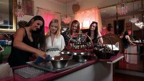 Πυροβοληθείς των νέων ελκυστικών γυναικών που κατασκευάζουν τη σοκολάτα φιλμ μικρού μήκους