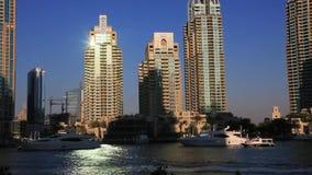 Πυροβοληθείς των σύγχρονων κτηρίων στη μαρίνα του Ντουμπάι, Ηνωμένα Αραβικά Εμιράτα απόθεμα βίντεο