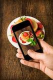 Πυροβοληθείσα Smartphone φωτογραφία τροφίμων Στοκ Εικόνα
