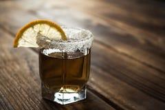 Πυροβοληθε'ν οινόπνευμα ποτό με το λεμόνι και το άλας Στοκ Εικόνες