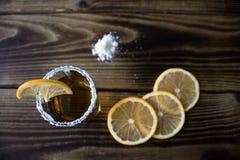 Πυροβοληθε'ν οινόπνευμα ποτό με το λεμόνι και το άλας Στοκ φωτογραφία με δικαίωμα ελεύθερης χρήσης