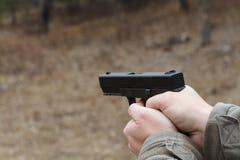 Πυροβολισμός από ένα πιστόλι Ξαναφόρτωμα του πυροβόλου όπλου Το άτομο στοχεύει στο στόχο Σειρά πυροβολισμού Πιστόλι πυρκαγιών ατό στοκ εικόνα