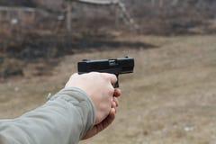 Πυροβολισμός από ένα πιστόλι Ξαναφόρτωμα του πυροβόλου όπλου Το άτομο στοχεύει στο στόχο Σειρά πυροβολισμού Πιστόλι πυρκαγιών ατό στοκ φωτογραφία με δικαίωμα ελεύθερης χρήσης