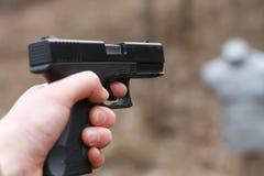 Πυροβολισμός από ένα πιστόλι Ξαναφόρτωμα του πυροβόλου όπλου Το άτομο στοχεύει στο στόχο Σειρά πυροβολισμού Πιστόλι πυρκαγιών ατό στοκ φωτογραφίες με δικαίωμα ελεύθερης χρήσης