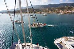 Πυροβολισμός από την κορυφή του ιστού κατά τη διάρκεια το 16ο φθινόπωρο 2016 Ellada regatta ναυσιπλοΐας μεταξύ της ελληνικής ομάδ Στοκ Φωτογραφία