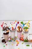 Πυροβολισμός κινηματογραφήσεων σε πρώτο πλάνο τεσσάρων milkshakes στοκ εικόνες
