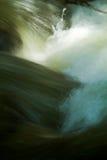 Πυροβολισμός κινηματογραφήσεων σε πρώτο πλάνο της μετακίνησης νερού από έναν ποταμό Στοκ φωτογραφία με δικαίωμα ελεύθερης χρήσης