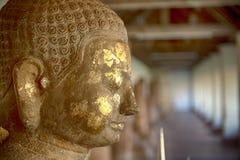 Πυροβολισμός κινηματογραφήσεων σε πρώτο πλάνο της παλαιάς εικόνας του Βούδα που συνδέεται με το χρυσό φύλλο Στοκ φωτογραφία με δικαίωμα ελεύθερης χρήσης