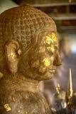 Πυροβολισμός κινηματογραφήσεων σε πρώτο πλάνο της παλαιάς εικόνας του Βούδα που συνδέεται με το χρυσό φύλλο Στοκ εικόνες με δικαίωμα ελεύθερης χρήσης