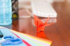 Πυροβολισμός κινηματογραφήσεων σε πρώτο πλάνο των ζωηρόχρωμων εγγράφων για να κάνει την τέχνη origami Στοκ Φωτογραφία