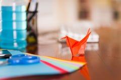 Πυροβολισμός κινηματογραφήσεων σε πρώτο πλάνο των ζωηρόχρωμων εγγράφων για να κάνει την τέχνη origami Στοκ Εικόνα