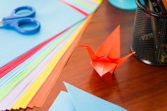 Πυροβολισμός κινηματογραφήσεων σε πρώτο πλάνο των ζωηρόχρωμων εγγράφων για να κάνει την τέχνη origami Στοκ φωτογραφίες με δικαίωμα ελεύθερης χρήσης