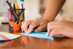 Πυροβολισμός κινηματογραφήσεων σε πρώτο πλάνο των ζωηρόχρωμων εγγράφων για να κάνει την τέχνη origami Στοκ φωτογραφία με δικαίωμα ελεύθερης χρήσης
