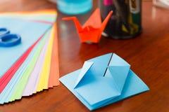 Πυροβολισμός κινηματογραφήσεων σε πρώτο πλάνο των ζωηρόχρωμων εγγράφων για να κάνει την τέχνη origami Στοκ Εικόνες