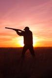 Πυροβολισμός κυνηγών στο ηλιοβασίλεμα Στοκ φωτογραφίες με δικαίωμα ελεύθερης χρήσης