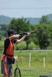 Πυροβολισμός νεαρών άνδρων skeet με το αερομεταφερόμενο κοχύλι στοκ εικόνες
