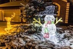 Πυροβολισμός νύχτας των φωτισμένων ελαφιών και του χιονανθρώπου Χριστουγέννων Στοκ εικόνες με δικαίωμα ελεύθερης χρήσης
