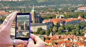 Πυροβολισμός Πράγα στο κινητό τηλέφωνο Στοκ φωτογραφία με δικαίωμα ελεύθερης χρήσης