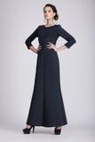 Πυροβολισμός στούντιο της νέας γυναίκας στο σκοτεινό φόρεμα στοκ εικόνα με δικαίωμα ελεύθερης χρήσης