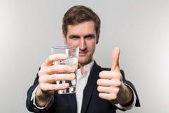 Πυροβολισμός στούντιο του επιχειρηματία με glas του λαμπιρίζοντας νερού Στοκ Φωτογραφία