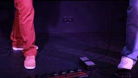 Πυροβολισμός του συνδετήρα για τη ορχήστρα ροκ: μουσικός παρουσιάστε στον αέρα απόθεμα βίντεο