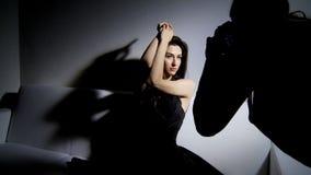Πυροβολισμός φωτογράφων στο στούντιο με το πρότυπο μόδας απόθεμα βίντεο