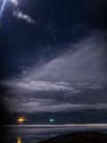 Πυροβολισμός Cloudscape νύχτας αναμμένος επάνω από το φεγγάρι Στοκ φωτογραφία με δικαίωμα ελεύθερης χρήσης