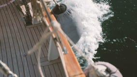 Πυροβολώντας την κινούμενη βάρκα στη λίμνη, στη γέφυρα, ταξίδι μέσω του νερού υπαίθρια φιλμ μικρού μήκους