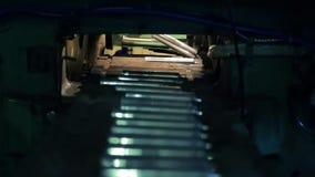 Πυροβολώντας τους εσωτερικούς κυλίνδρους που παραδίδονται στη ζώνη μεταφορέων στο εργοστάσιο απόθεμα βίντεο