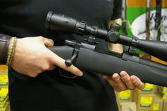 Πυροβόλα όπλα, πυροβόλα και τουφέκια κυνηγιού στην επίδειξη στοκ εικόνα