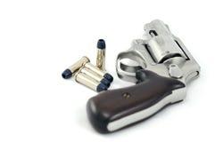Πυροβόλο όπλο και σφαίρες περίστροφων Στοκ φωτογραφία με δικαίωμα ελεύθερης χρήσης