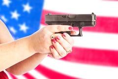 Πυροβόλο όπλο με τη σημαία στοκ φωτογραφία με δικαίωμα ελεύθερης χρήσης