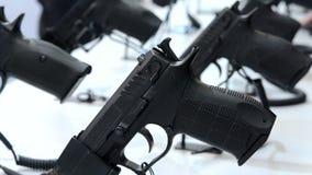 Πυροβόλο όπλο στην επίδειξη απόθεμα βίντεο