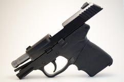 Πυροβόλο όπλο χεριών με τη φωτογραφική διαφάνεια που κλειδώνεται Στοκ Φωτογραφία