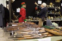 Πυροβόλα όπλα και κράνη Στοκ Φωτογραφία