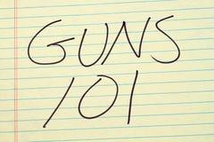 Πυροβόλα όπλα 101 σε ένα κίτρινο νομικό μαξιλάρι Στοκ Φωτογραφία