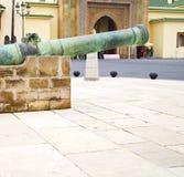 Πυροβόλο χαλκού στην Αφρική Μαρόκο πράσινο και το παλαιό πεζοδρόμιο Στοκ φωτογραφία με δικαίωμα ελεύθερης χρήσης