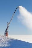 Πυροβόλο χιονιού που κάνει την τεχνητή σκόνη χιονιού σε μια κλίση σκι βουνών Στοκ φωτογραφία με δικαίωμα ελεύθερης χρήσης