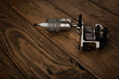 Πυροβόλο όπλο δερματοστιξιών σε έναν αγροτικό ξύλινο πίνακα Στοκ εικόνα με δικαίωμα ελεύθερης χρήσης