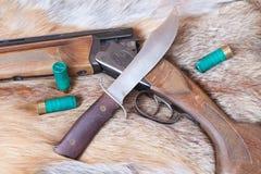 Πυροβόλο όπλο και μαχαίρι κυνηγιού Στοκ φωτογραφίες με δικαίωμα ελεύθερης χρήσης