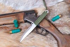 Πυροβόλο όπλο και μαχαίρι κυνηγιού Στοκ Φωτογραφία