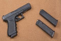 Πυροβόλο όπλο και περιοδικά στο υπόβαθρο Στοκ Εικόνες