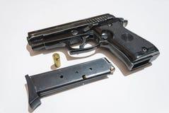 Πυροβόλο όπλο και φορτιστής Στοκ Εικόνες